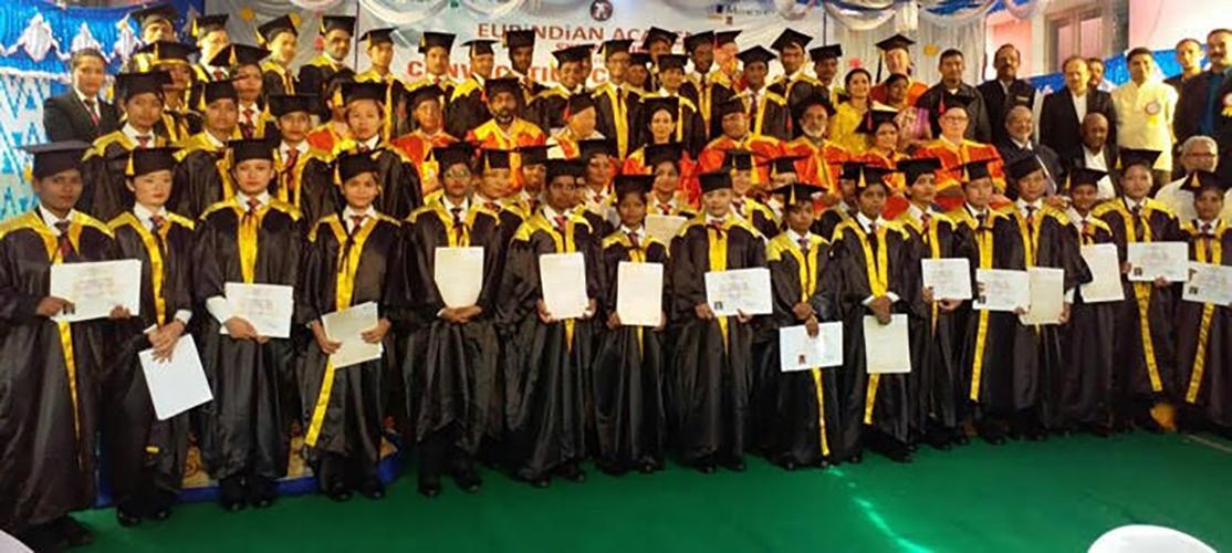 Indiase minister reikt diploma's uit